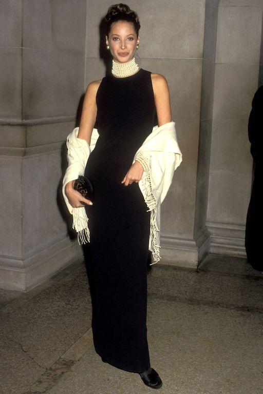 عارضة الأزياء كريستي ترلينتغتون أنيقة بالأسود عام 1992