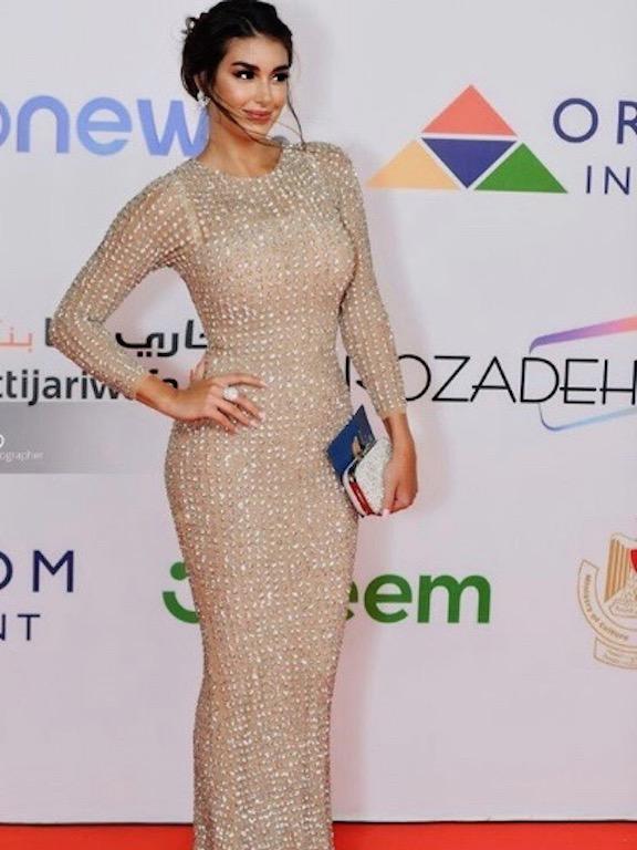 ياسمين صبري في اطلالة مميزة بجمبسوت باللون الأبيض