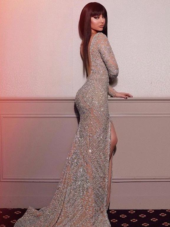 فستان سهرة براق اختارته قمر