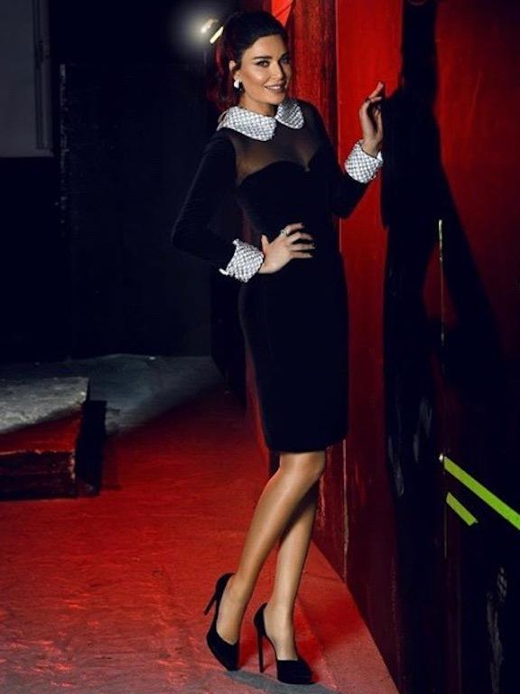 سيرين عبد النور في فستان ميدي من المخمل الأسود