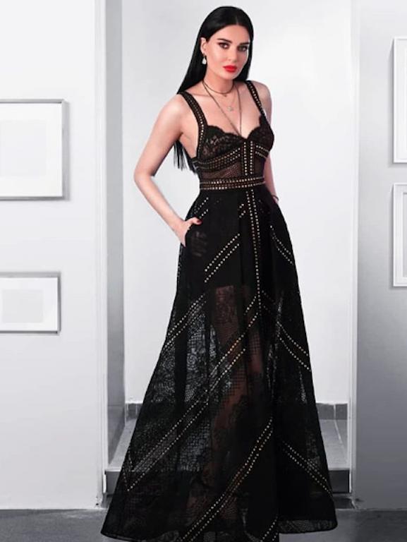 سيرين عبد النور في اطلالة ناعمة في فستان أسود من إيلي صعب