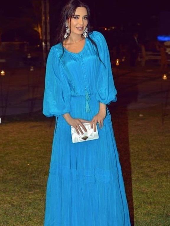 سيرين عبد النور في فستان ماكسي باللون الأزرق