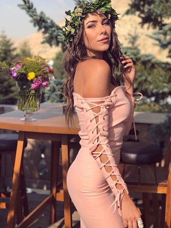 دانييلا رحمة اختارت اطلالة باللون الزهري