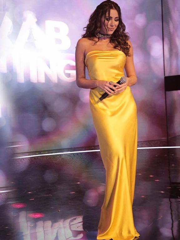 دانييلا رحمة في فستان سهرة ماكسي باللون الأصفر