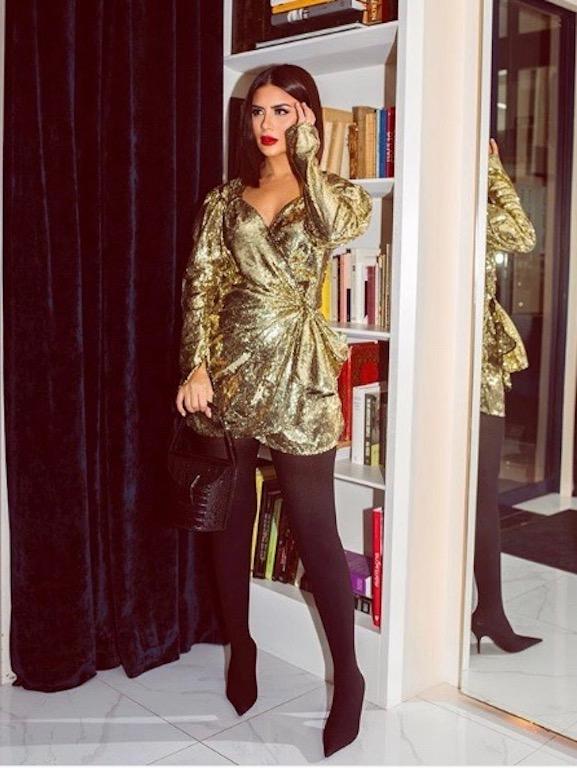 ديما الأسدي في فستان قصير باللون الذهبي