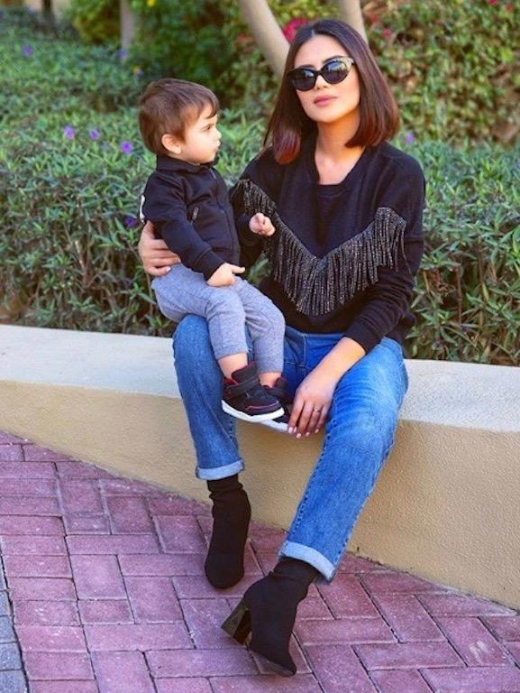 ديما الأسدي وابنها في تنسيقات كاجوال