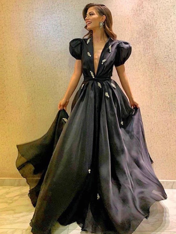 الممثلة التركية ديميت اوزدمير في فستان باللون الأسود