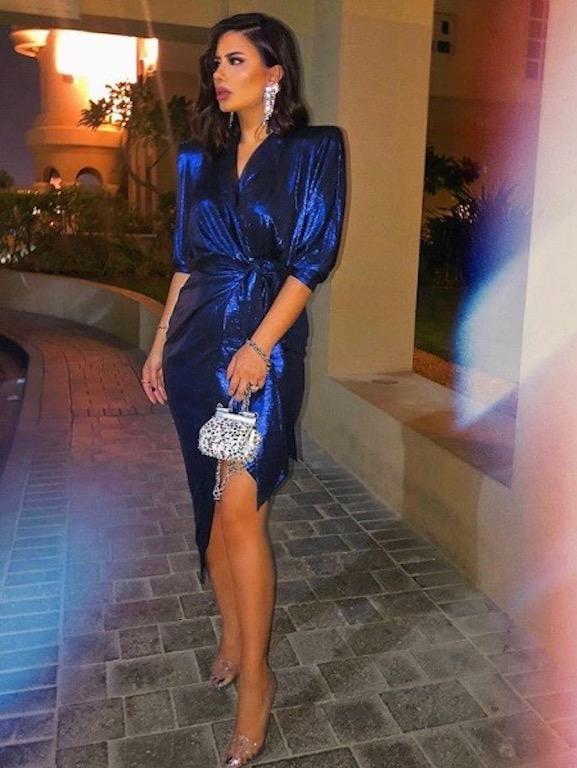 ديما الأسدي في فستان ميتالك أزرق