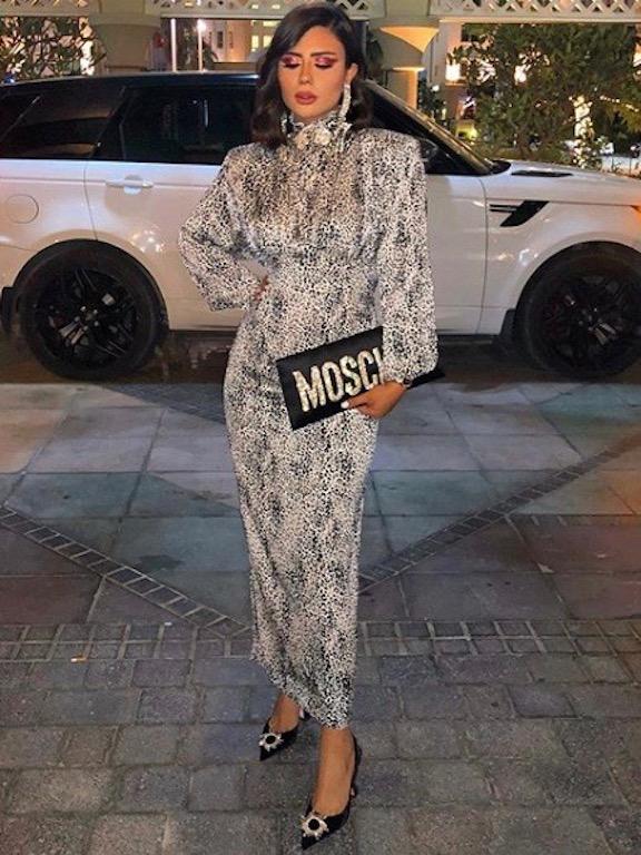 ديما الأسدي أنيقة في فستان بنقشة النمر