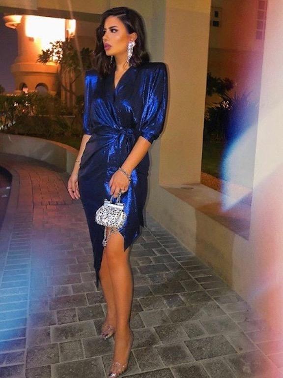 ديما الأسدي في فستان ميتالك باللون الأزرق