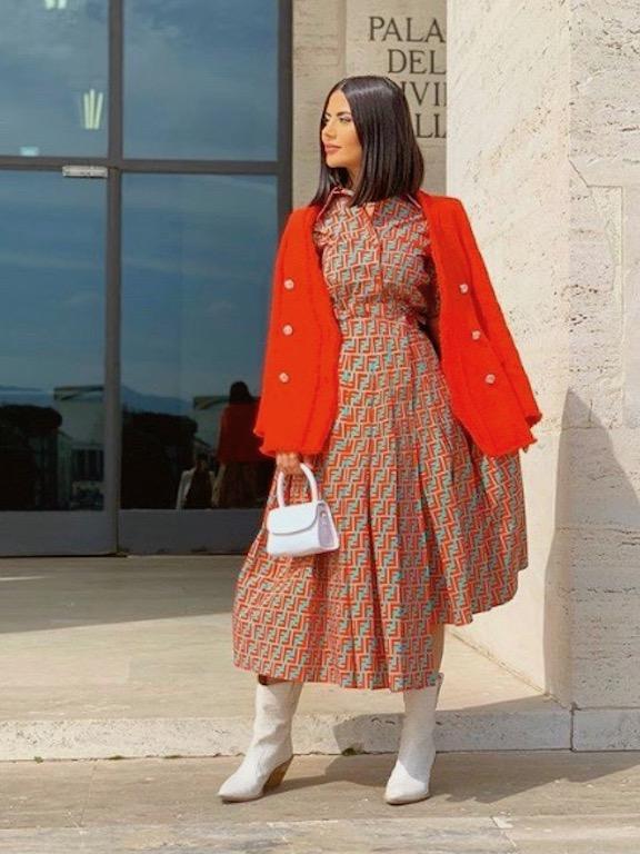 ديما الأسدي في فستان ميدي مع جاكيت بليزر