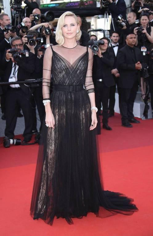 فستان أسود من التول خيار تشارليز ثيرون على السجادة الحمراء