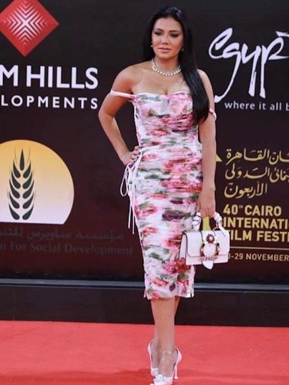 فستان ميدي من دولتشي أند غابانا اختارته رانيا يوسف