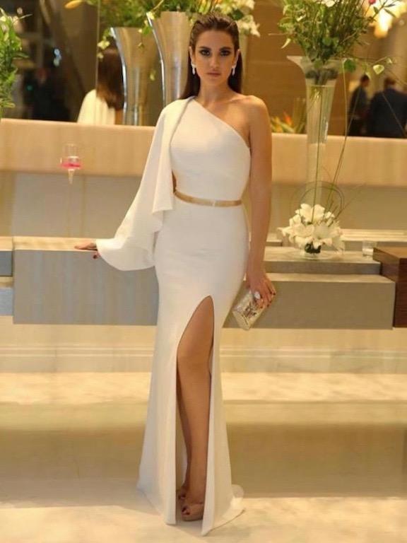 درة زروق متألقة في فستان أبيض بقصة الكتف الواحد