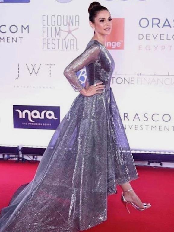 درة زروق في فستان باللون الفضي الميتالك