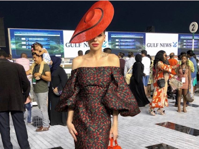 قبعة أنيقة باللون الأحمر