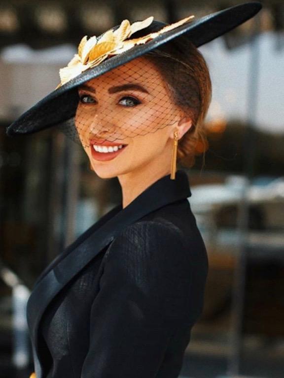 قبعة باللونين الأسود والذهبي