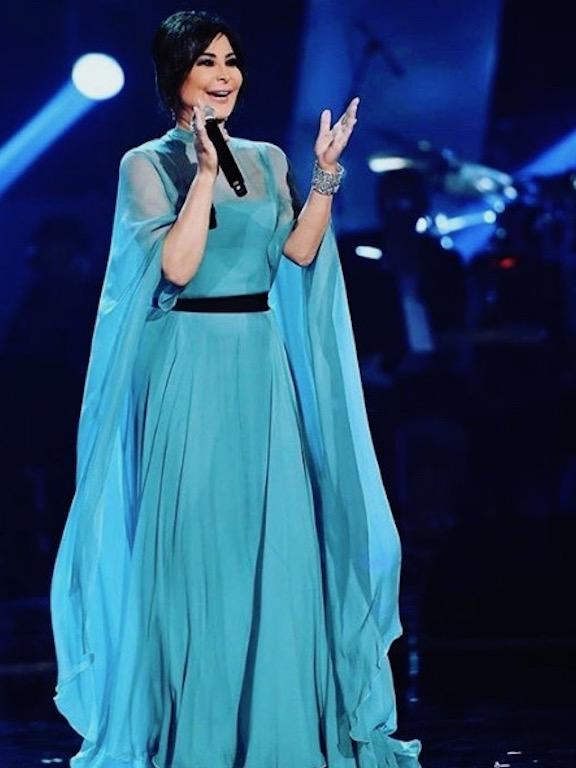 اليسا في فستان أزرق