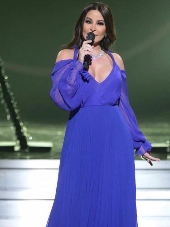 اليسا في فستان سهرة طويل باللون البنفسجي