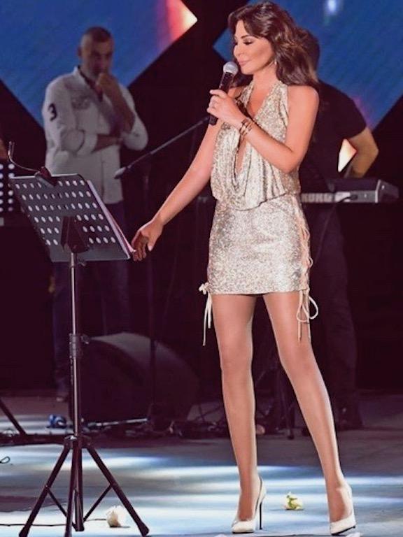 إليسا في فستان فضي براق من لابورجوازي
