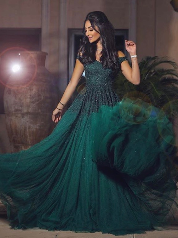نور الغندور في فستان سهرة