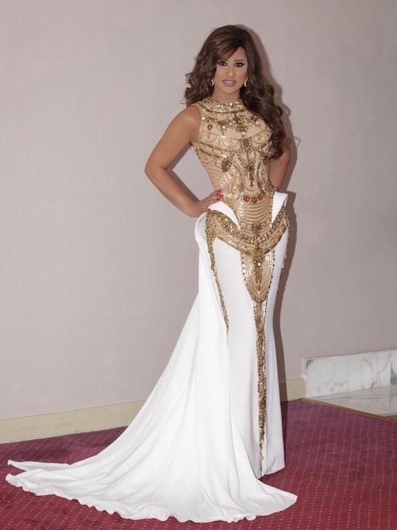 نجوى كرم في فستان أبيض وذهبي