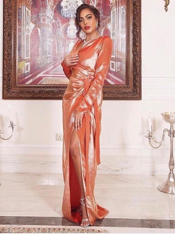 فاطمة المؤمن في فستان ميتالك