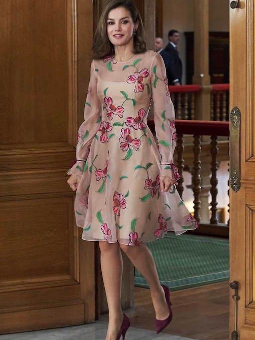الملكة ليتيسا في فستان معرق بالورود