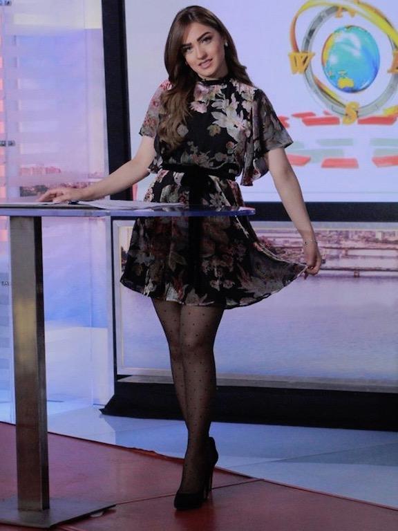 فستان قصير معرق بالورود خيار ياسمين عز