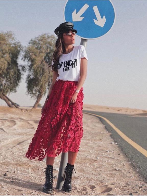 العنود بدر في تنورة ميدي حمراء