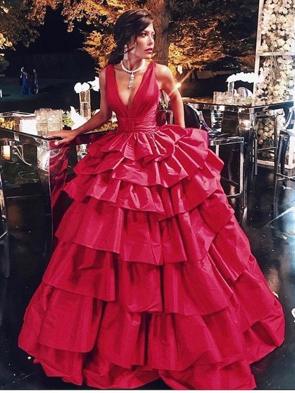 العنود بدر في فستان أحمر مزين بالكشكش