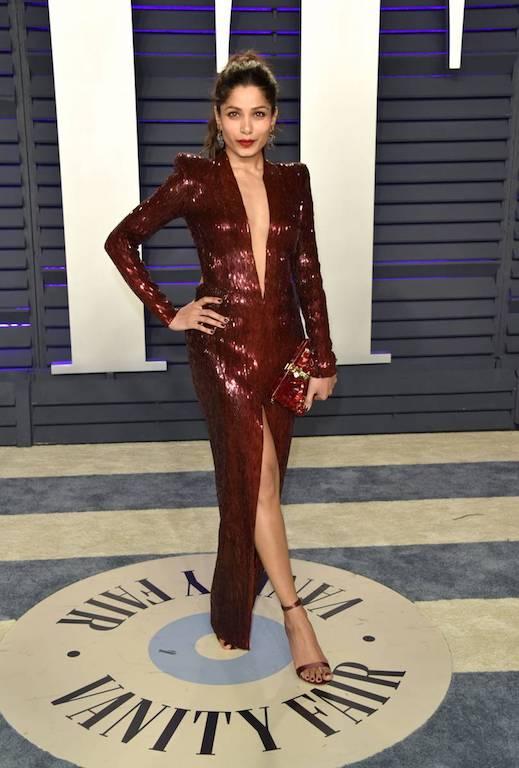 فريدا بينتو في فستان براق من جوليان ماكدونالد
