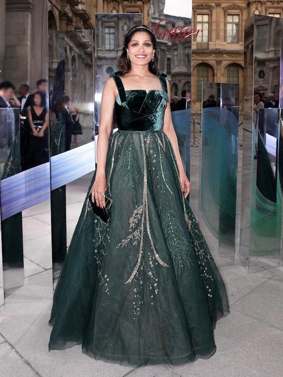 فريدا بينتو في فستان باللون الزيتي من إيلي صعب