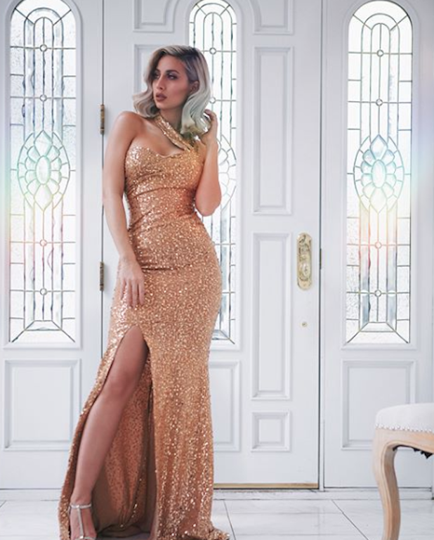 مودل روز في فستان ذهبي