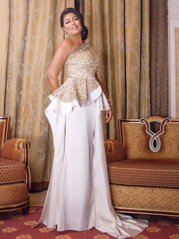 وعد في فستان أبيض وذهبي