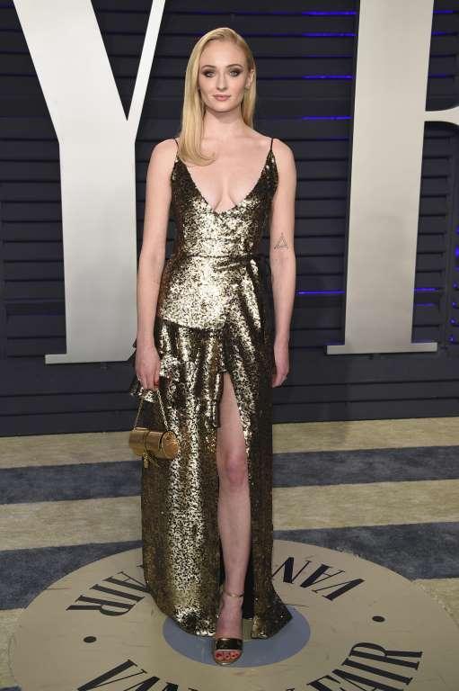 فستان براق ذهبي خيار صوفي ترنر