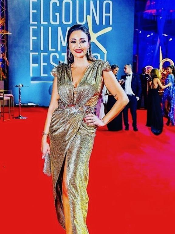 داليا البحيري في فستان سهرة باللون الذهبي