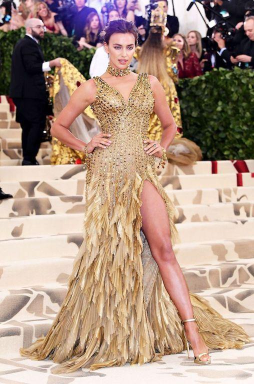 إيرينا شايك في فستان ذهبي من فيرساتشي