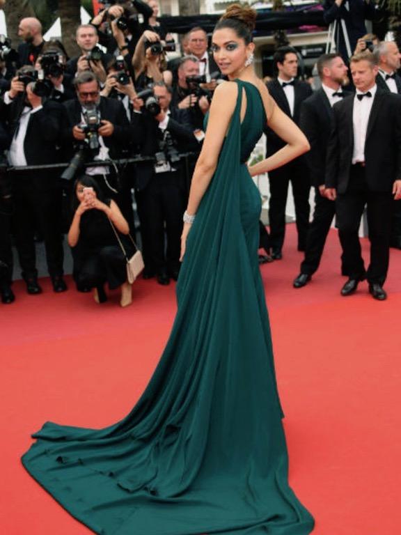 ديبيكا بادكون في فستان أخضر