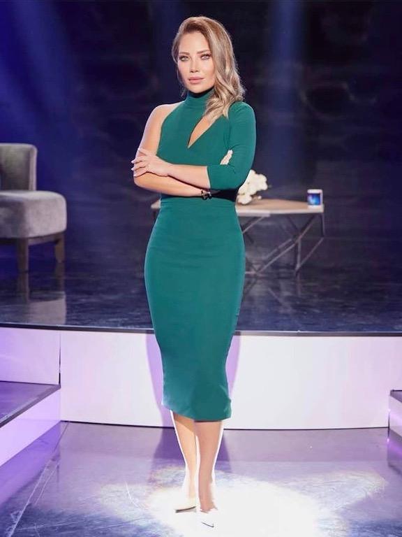 فستان ميدي باللون الأخضر الزيتي اختارته سلافة معمار