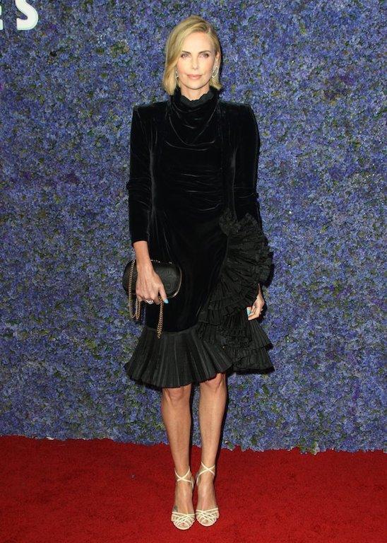فستان أسود ميدي من غوتشي تألقت به تشارليز ثيرون