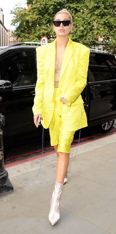 هايلي بولدوين في بدلة لوك عصري باللون الأصفر