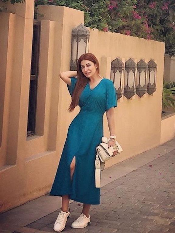 هبة نور في فستان ماكسي باللون الأزرق