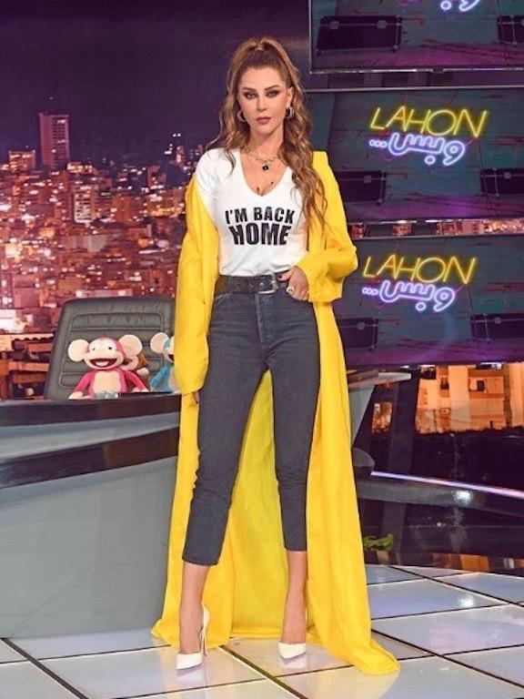 كارلا حداد في بنطلون جينز خصر عالي