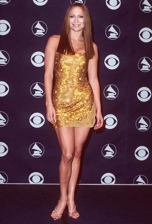 جنيفر لوبيز في فستان ذهبي قصير عام 1999