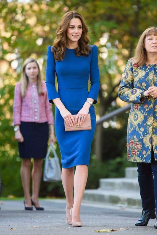فستان ميدي أزرق من جيني باكهام خيار كايت ميدلتون