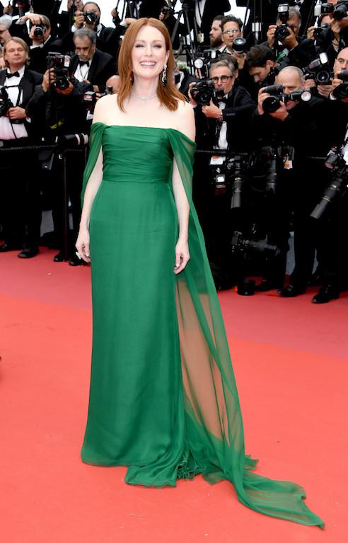 جوليا موور في اطلالة ناعمة باللون الأخضر من ديور