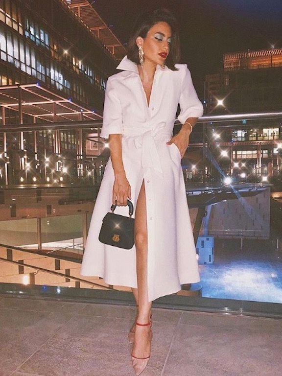 كارن وازن أنيقة في فستان باللون الأبيض