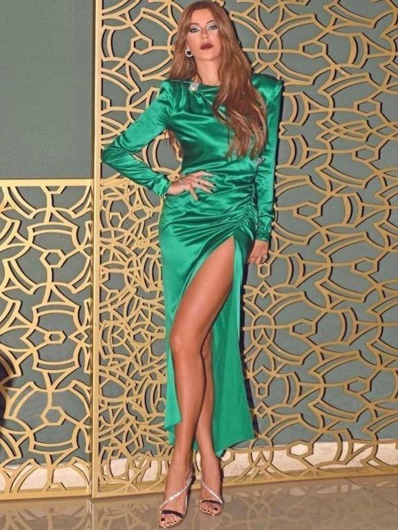 كارلا حداد في فستان عصري باللون الأخضر