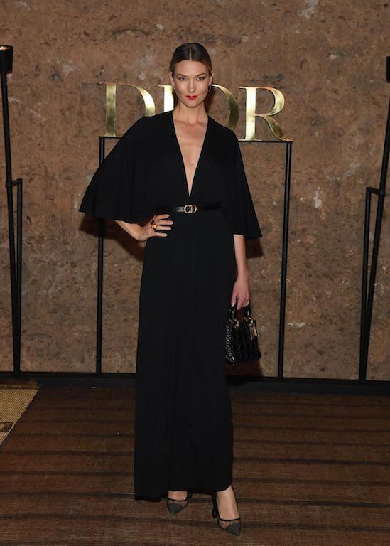 كارلي كلوس في فستان باللون الأسود